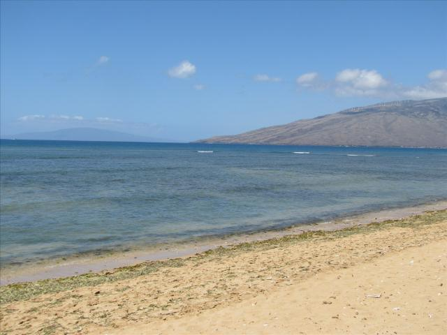 Beach in front to the North - Lanai in the distance